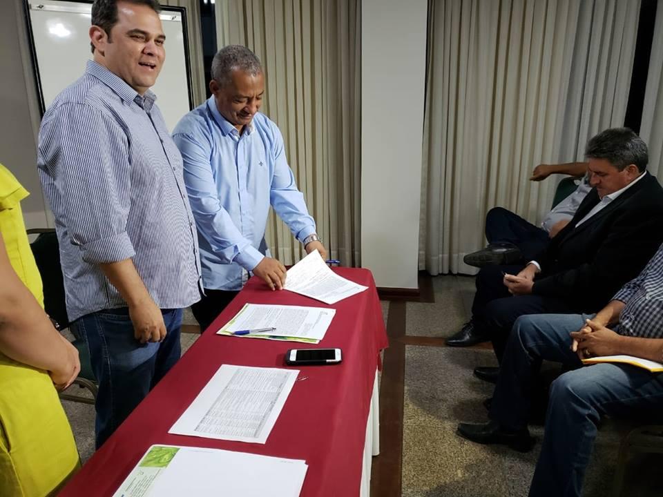 Prefeitos paraenses assinam convênios para receber recursos