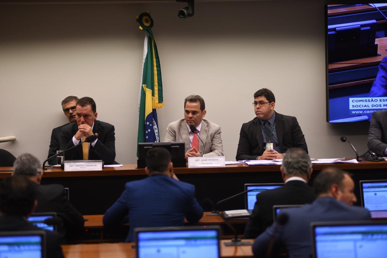 Comissão aprova inclusão de PMs e bombeiros na reforma das Forças Armadas